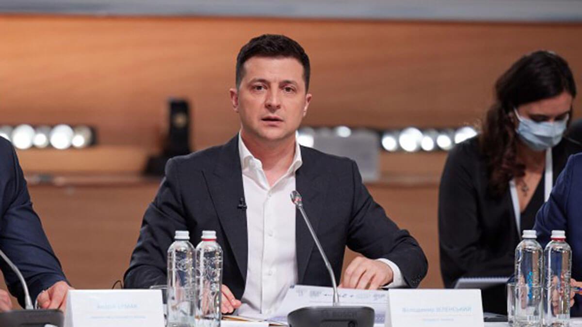 президент украины владимир зеленский на заседании микрофон