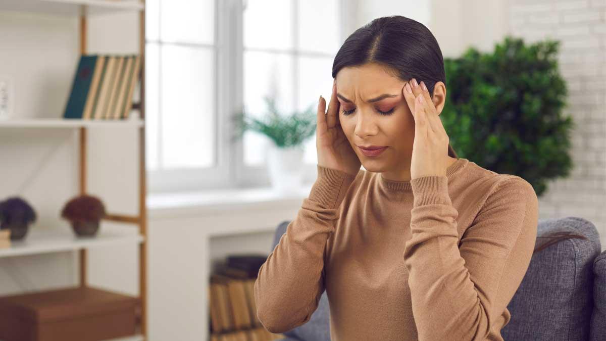 женщина дома болит голова