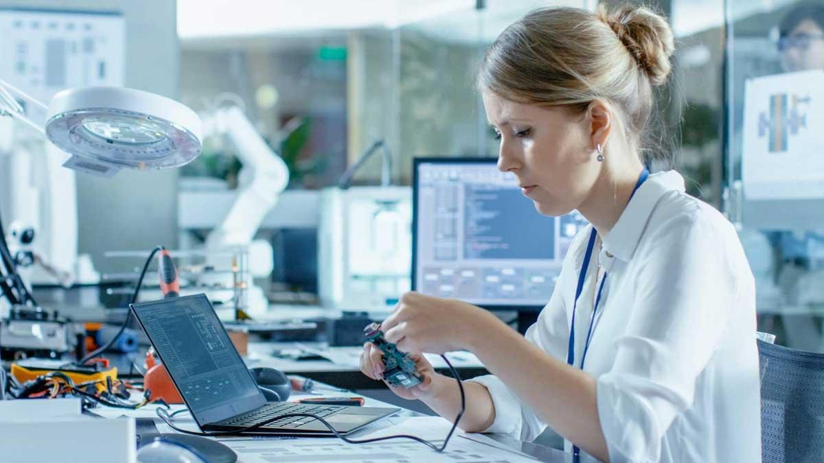 женщина компьютерщик