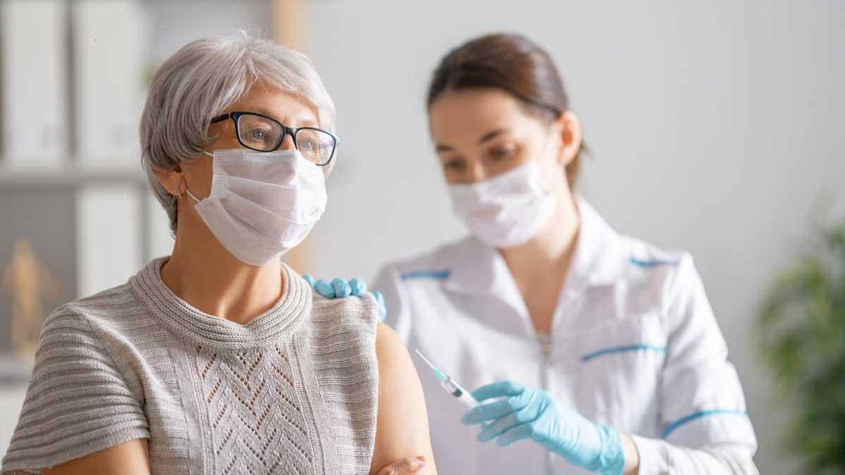 женщина вакцинация шприц врач