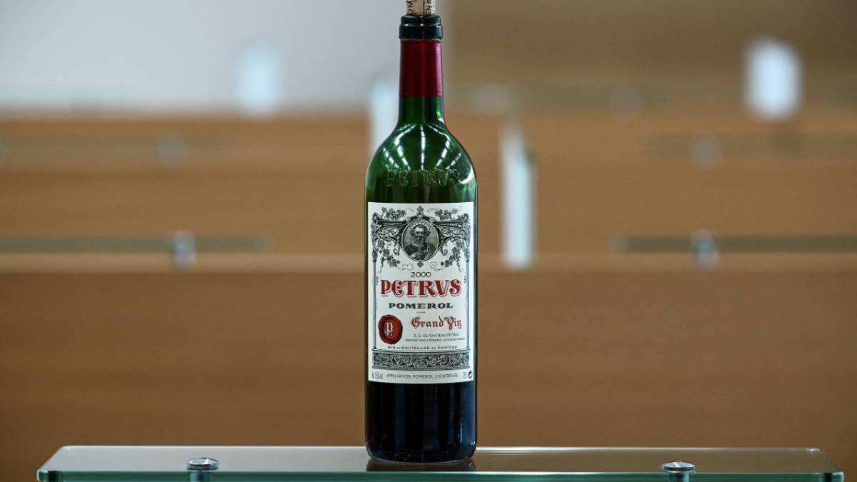 Бутылка красного вина Petrus