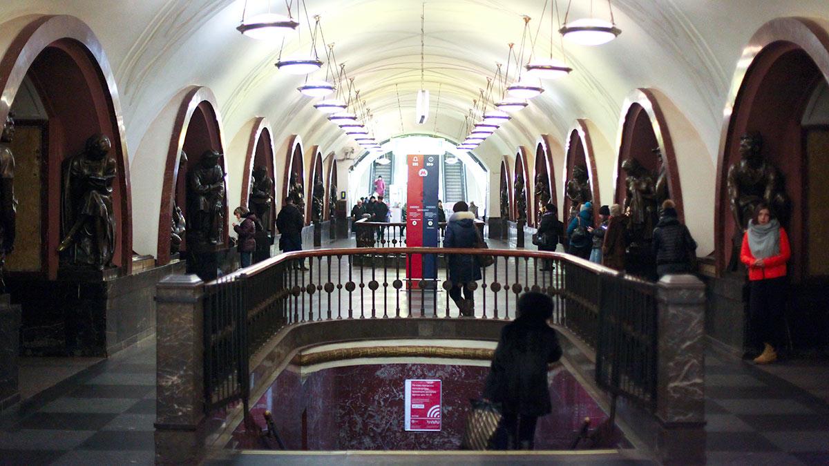 станция метро площадь революции пассажиры