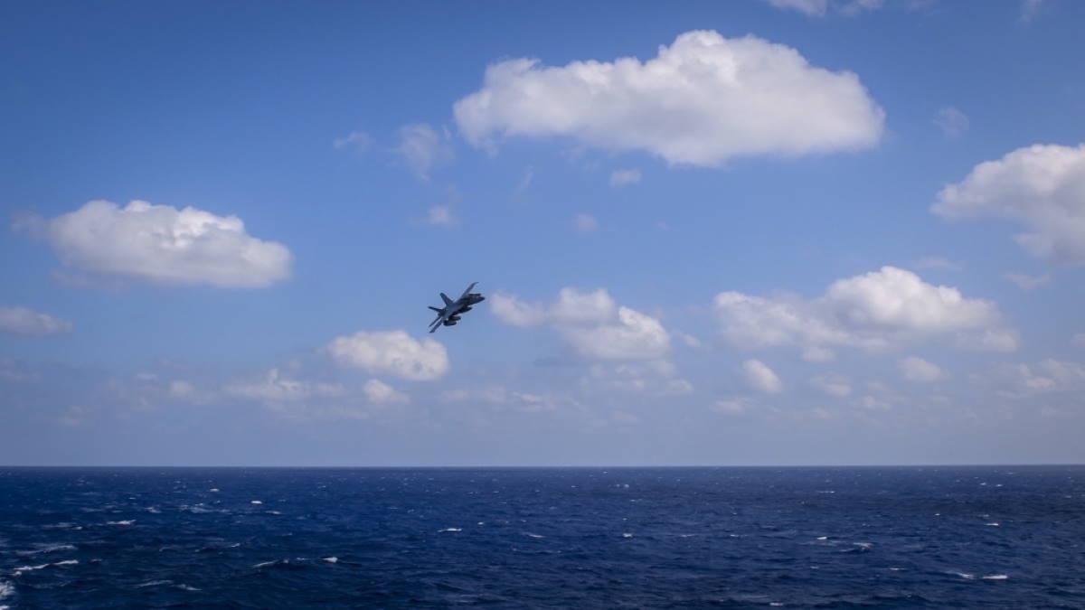 FA-18E Super Hornet над водой