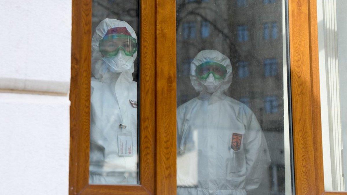 врачи в окне больницы