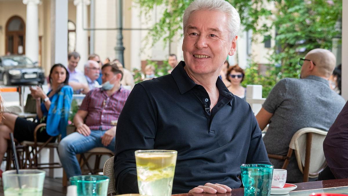 Мэр Москвы Сергей Собянин в ресторане на летней веранде