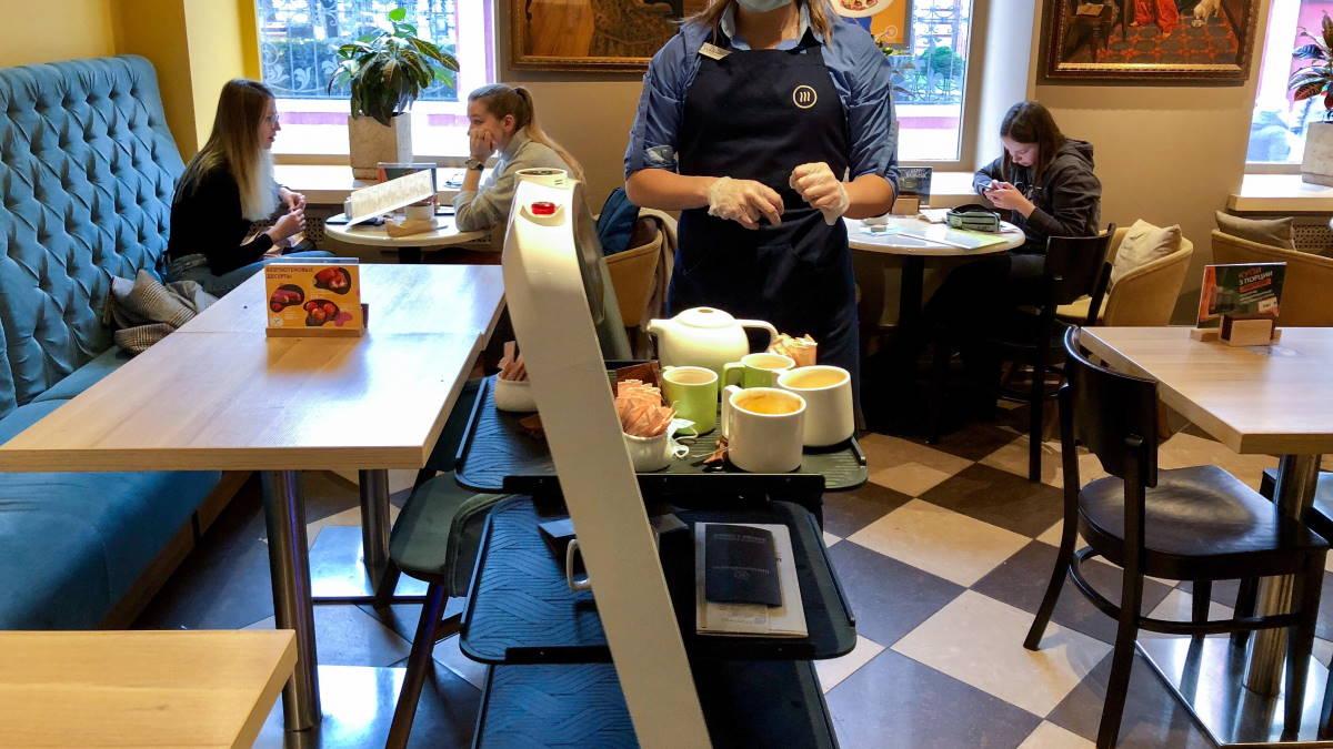 Робот-официант в кафе в центре Москвы