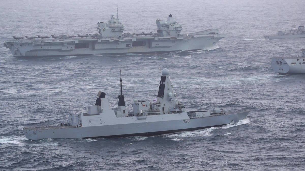 Британский флот во главе с авианосцем HMS Queen Elizabeth