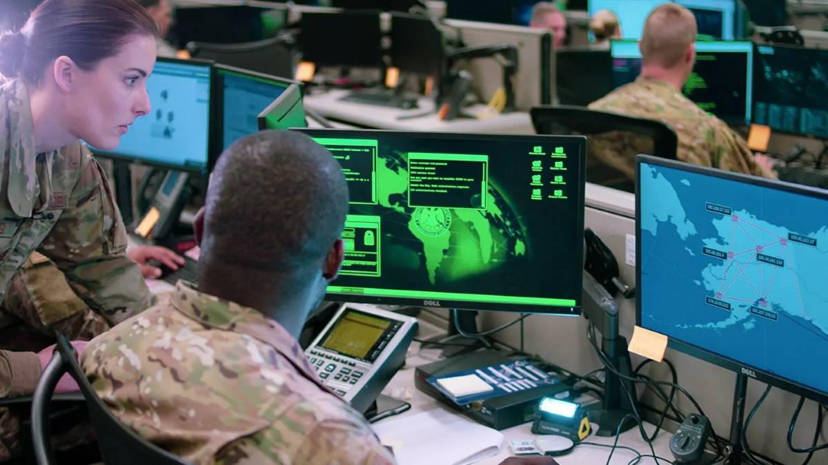 Сотрудники эскадрильи сетевых операций ВВС США