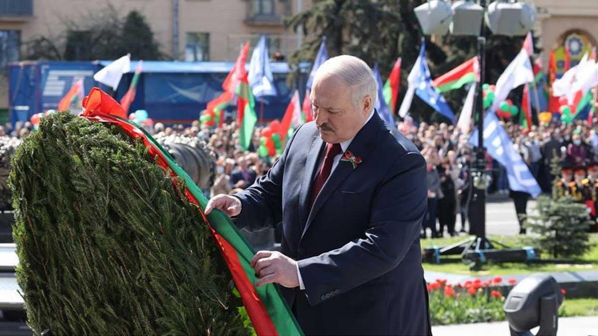 Александр Лукашенко у монумента Победы
