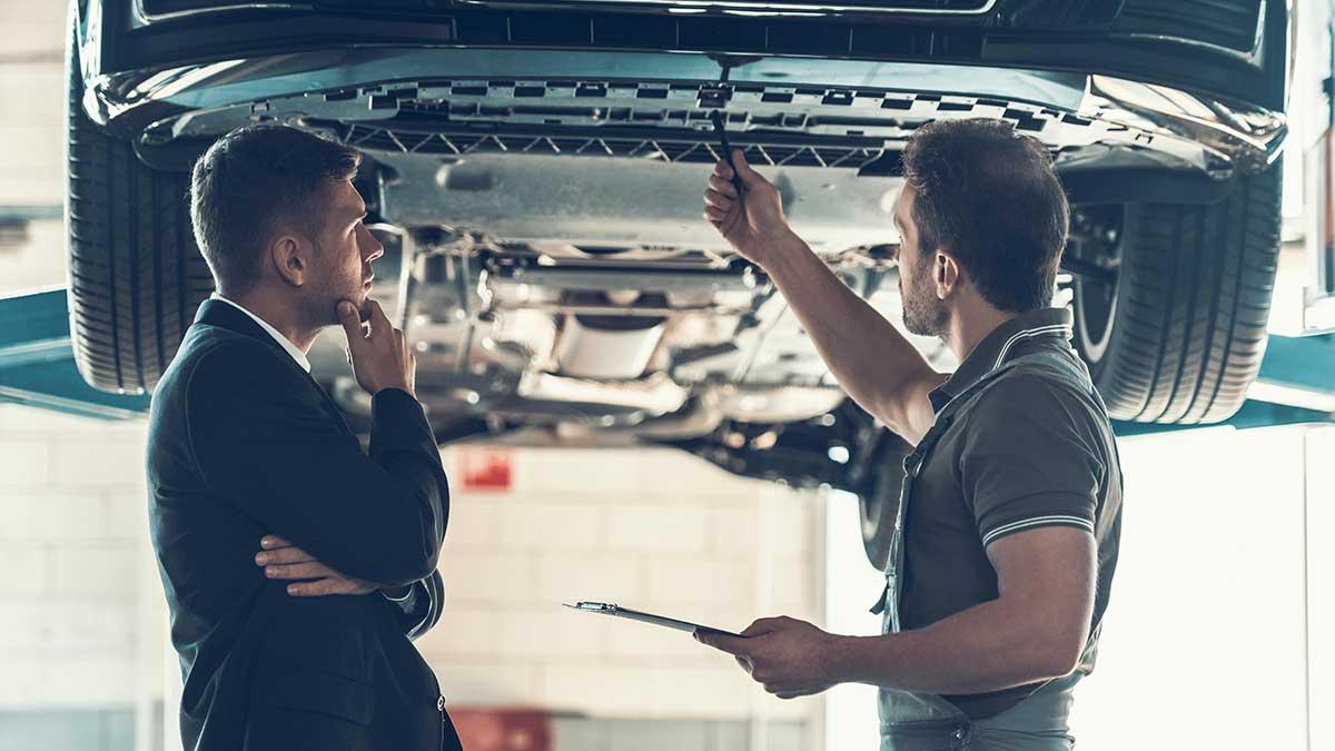 Автомеханик Показывает Проблему С Автомобилем Клиента