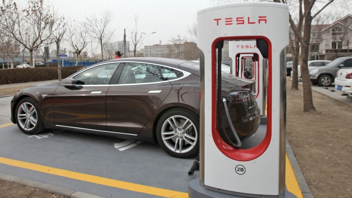 Автомобиль Тесла на зарядке