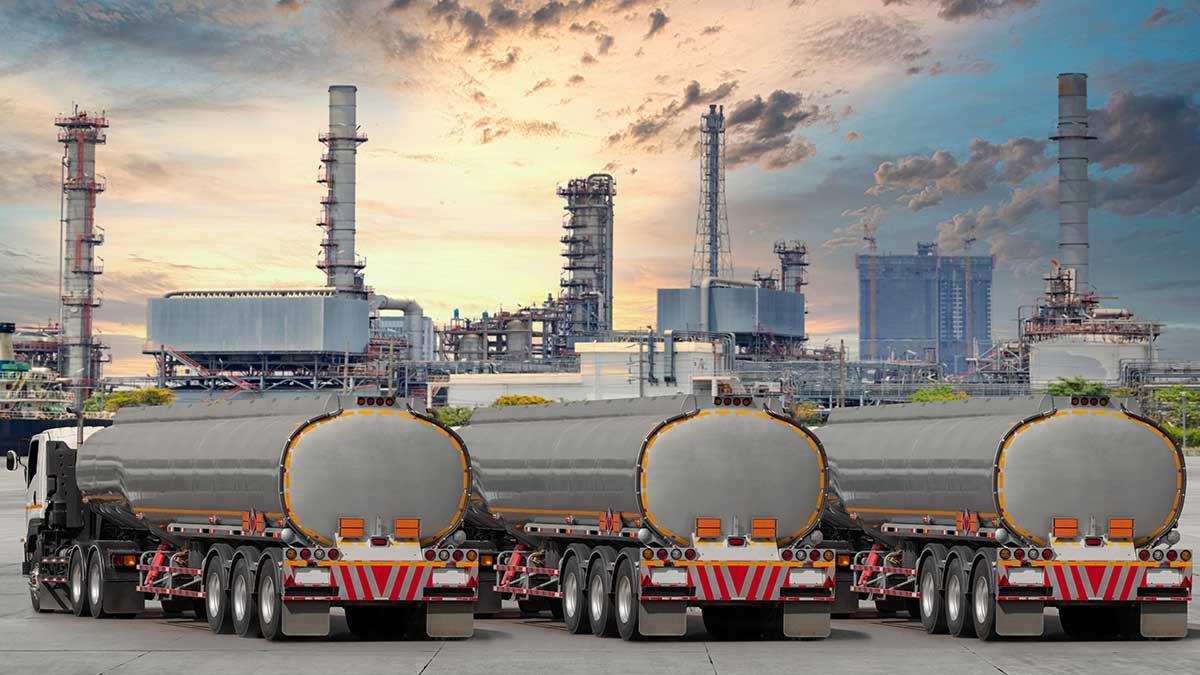 Бензовоз на шоссе для транспортировки топлива на нефтехимический нефтеперерабатывающий завод