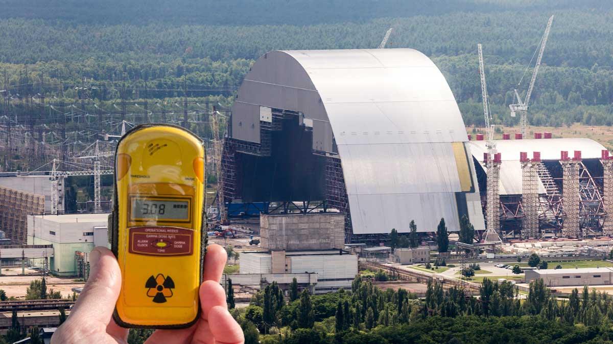 Дозиметр и атомная электростанция на фоне