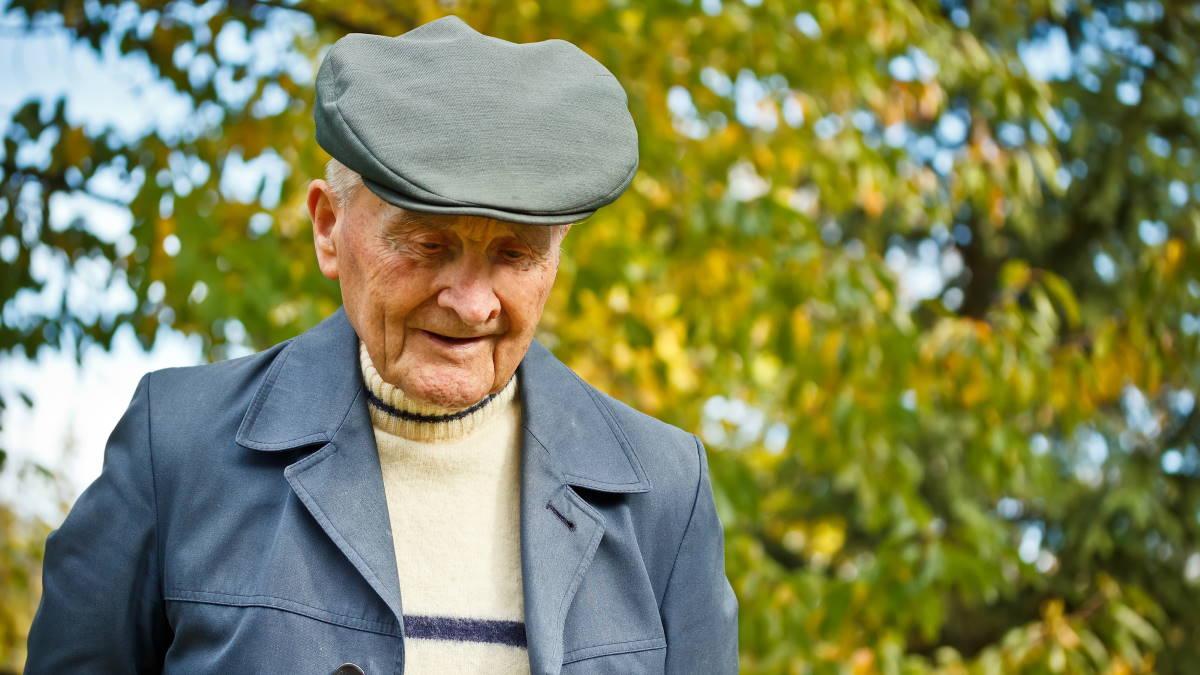 Старый пожилой человек