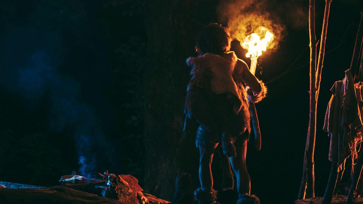 древний человек с факелом