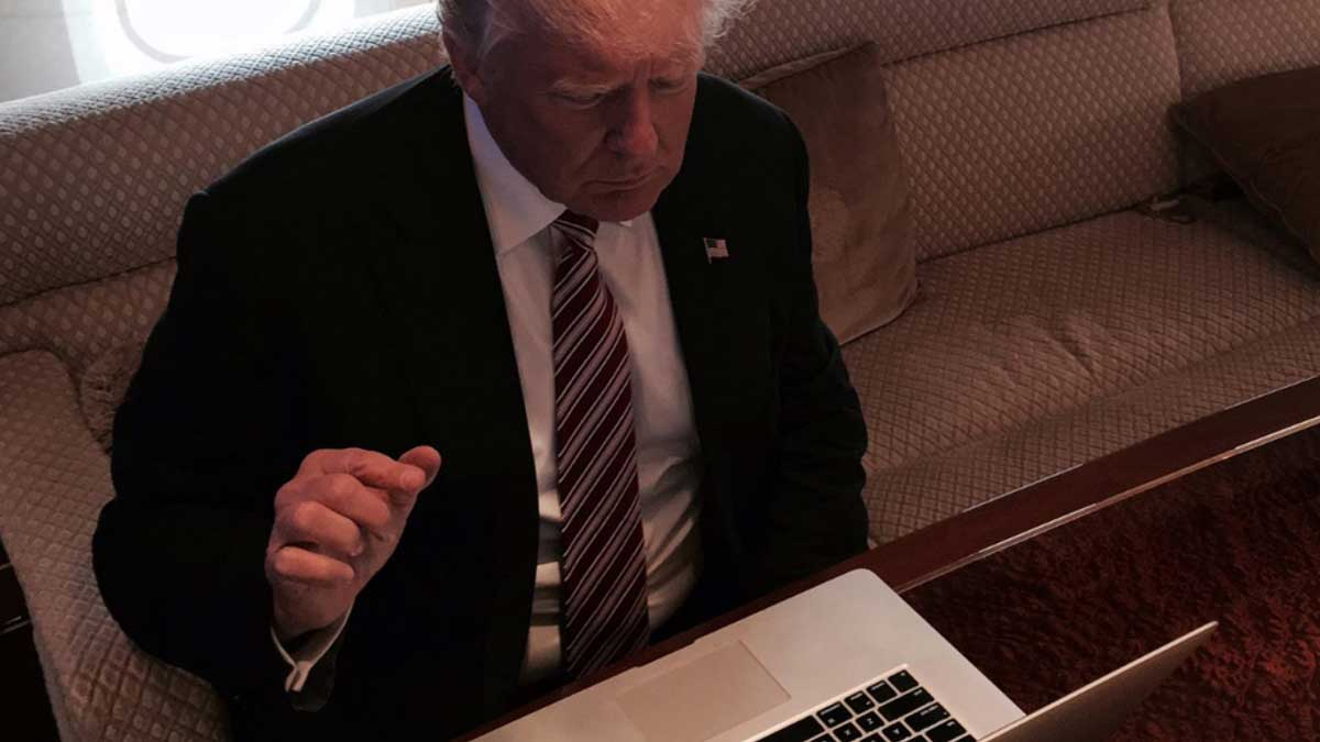 Дональд Трамп ноутбук диван