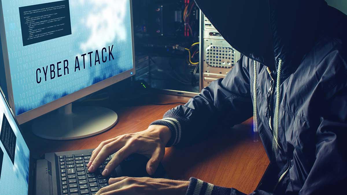Хакер кибератака мониторы мужчина