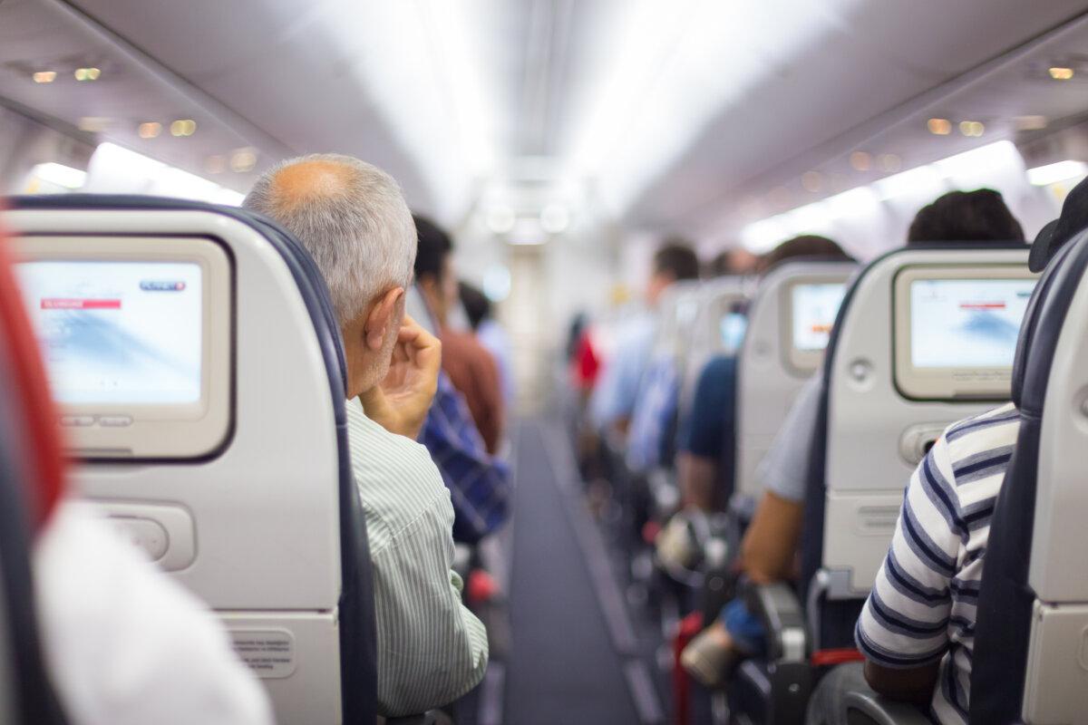 Интерьер самолета с пассажирами