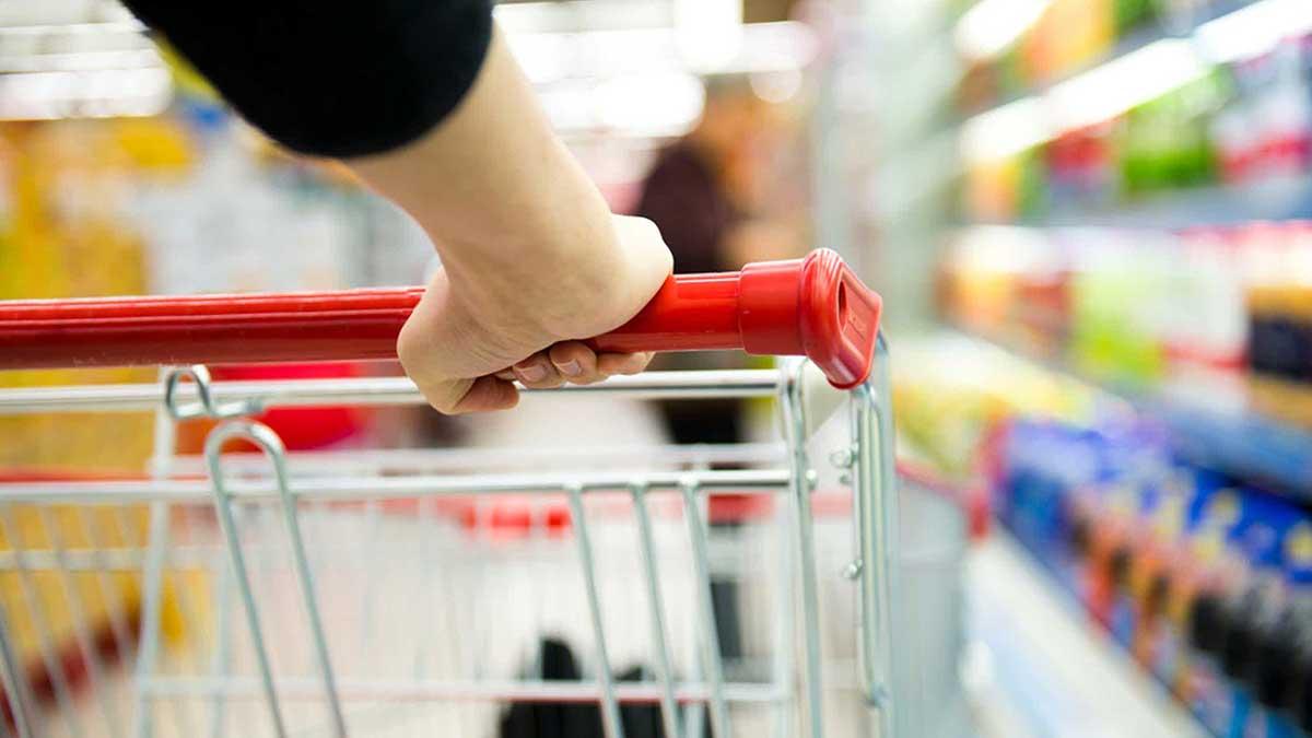 Крупным планом женщины с корзиной для покупок.