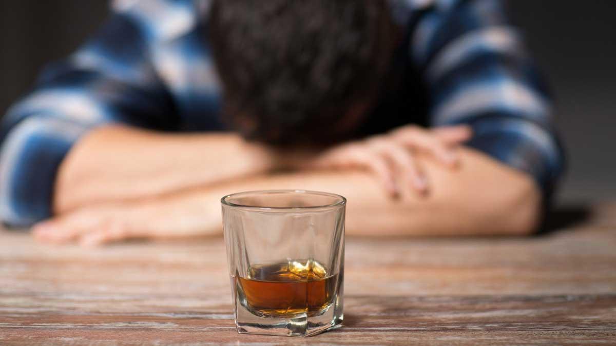 Мужчина лежит стакан алкоголь