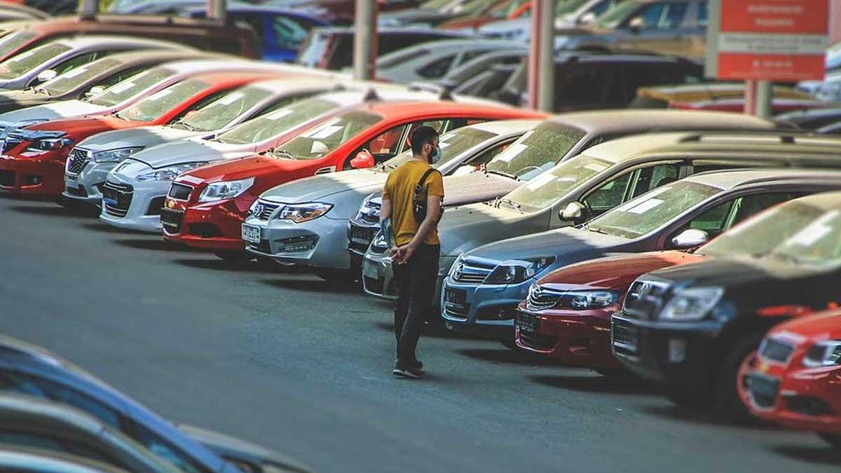 Мужчина продажа автомобилей с пробегом
