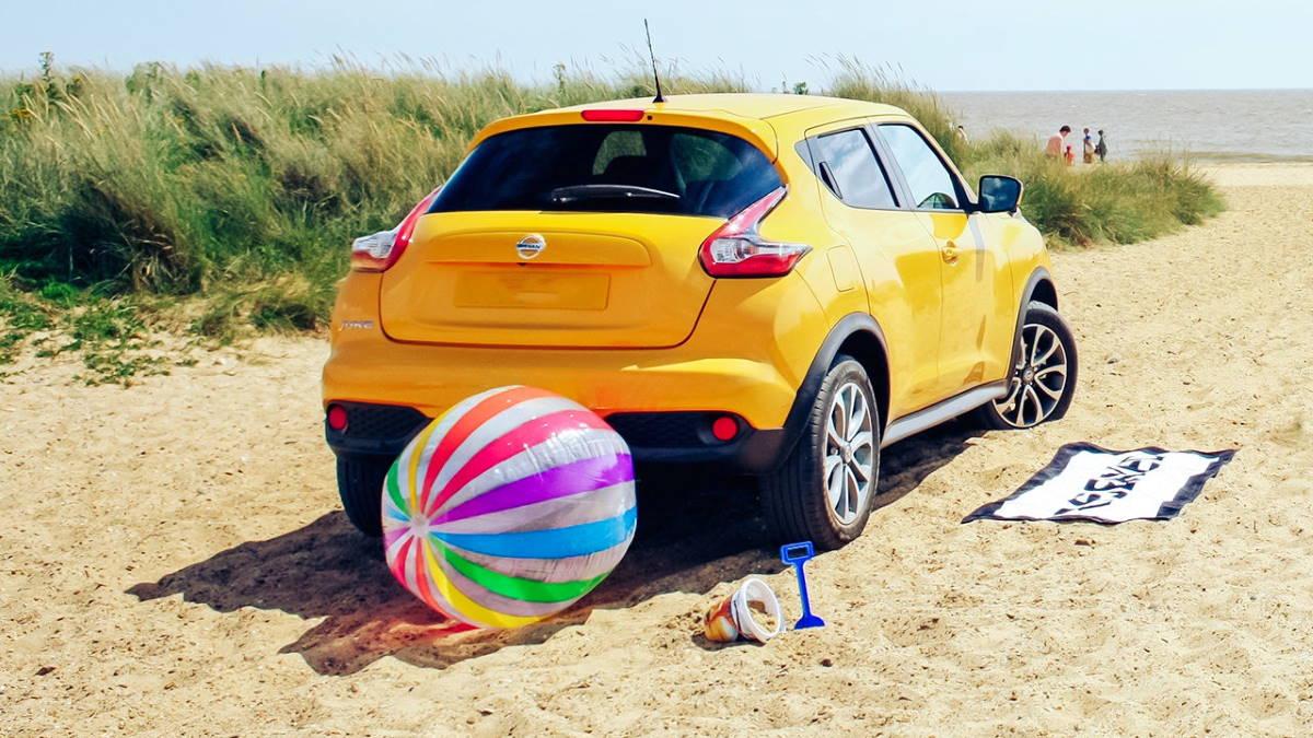 Автомобиль Nissan Juke на пляже