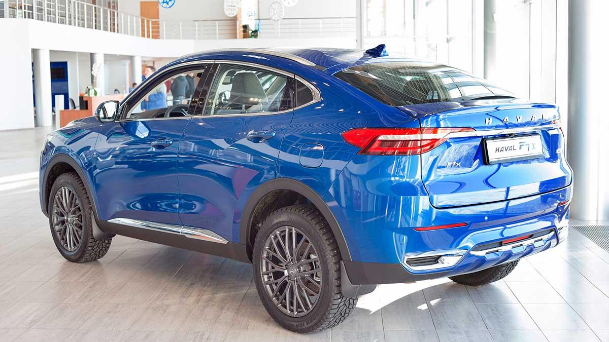 Новый современный автомобиль Haval FX в дилерском салоне
