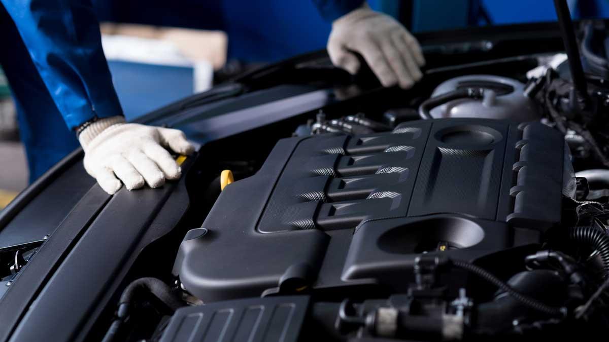 Профессиональный механик проверки двигателя автомобиля