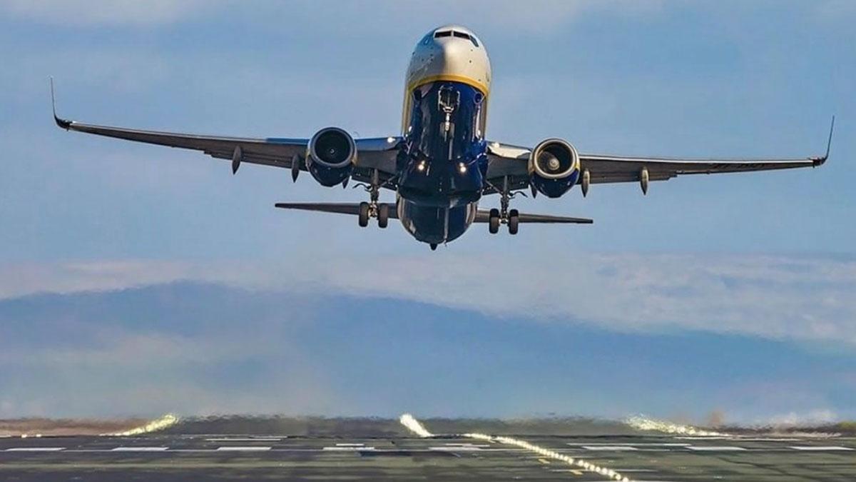 самолет Ryanair посадка взлет вид спереди