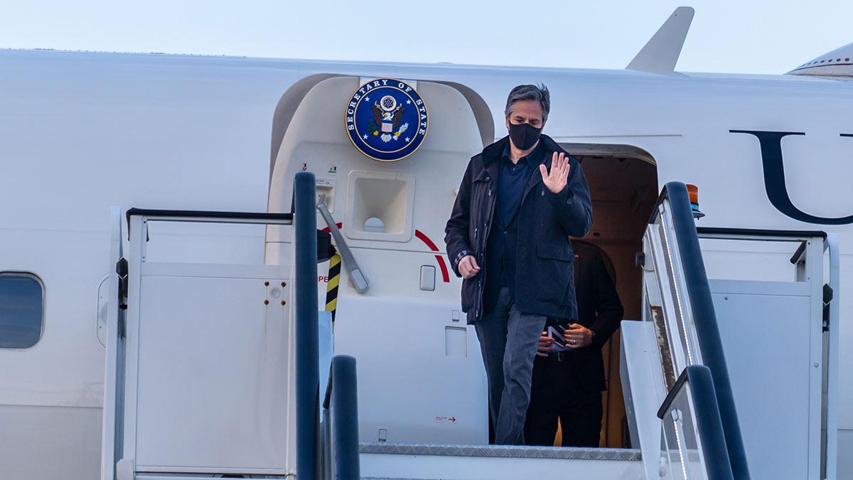 """На Украине визит госсекретаря США назвали поддержкой в борьбе с """"агрессией России"""""""