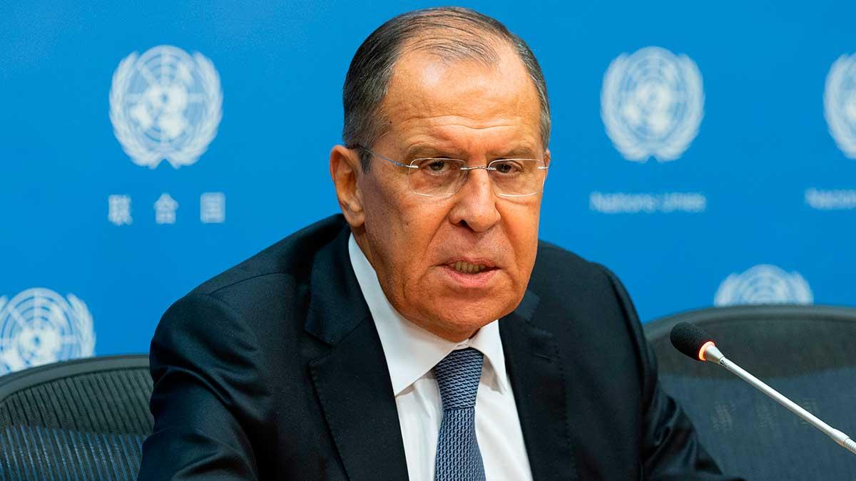 Сергей Лавров сидит за столом