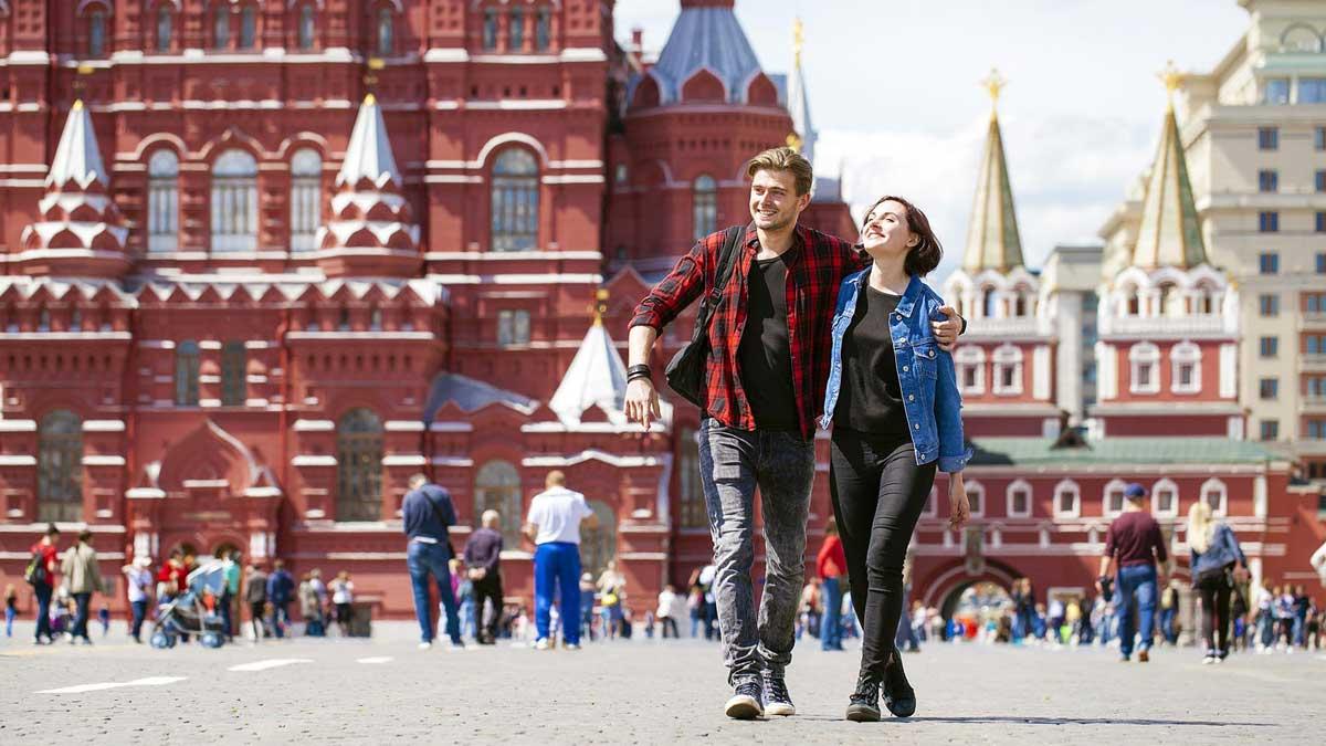 Солнце тепло Москва молодая пара
