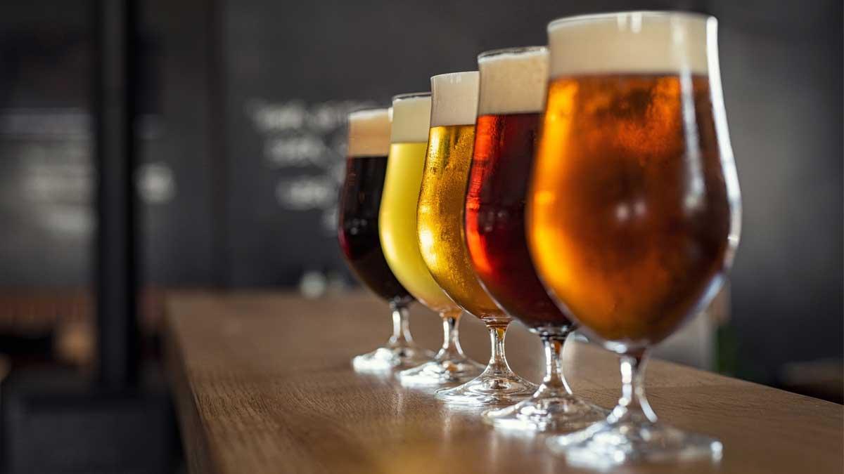 Стаканы с различными сортами крафтового пива
