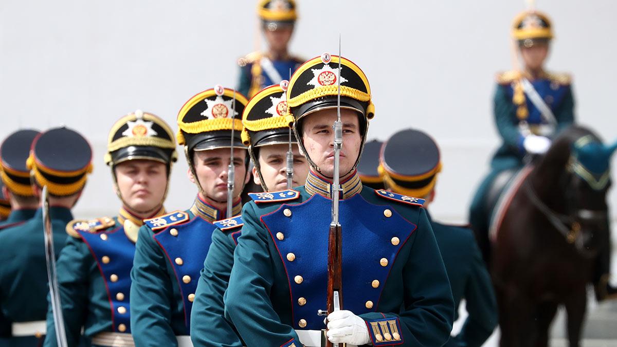 Гвардейцы роты специального караула Президентского полка во время церемонии развода пеших и конных караулов на Соборной площади Кремля