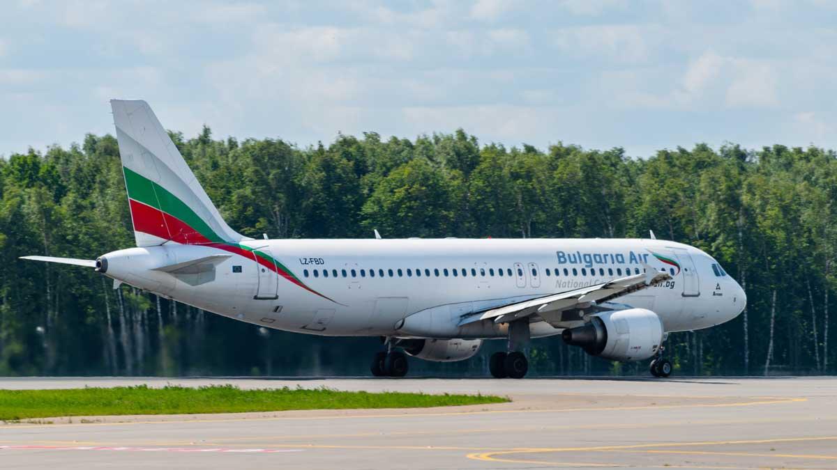 Самолет авиакомпании Bulgaria Air на аэродроме аэропорта Внуково