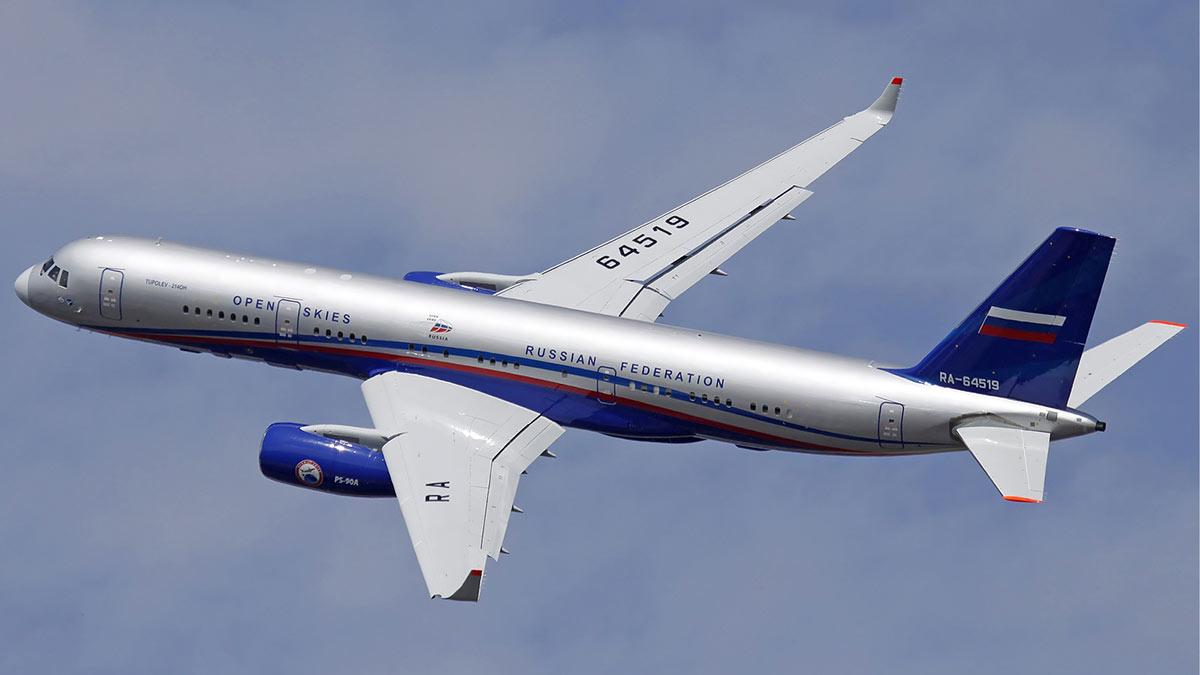 полет самолета в небе