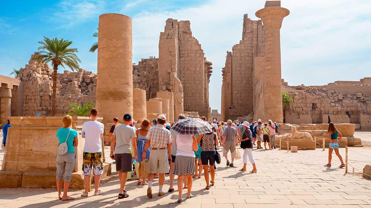 Туристическая группа на экскурсии