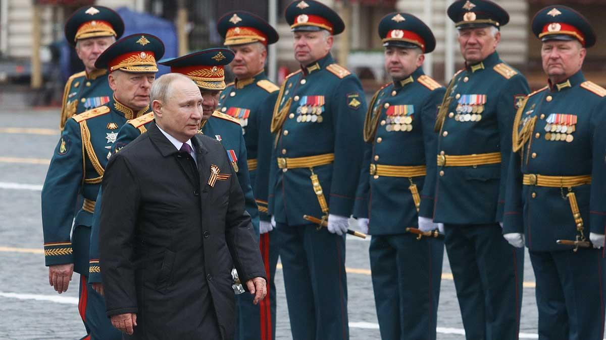 Владимир Путин идет по Красной площади 9 мая 2021 года