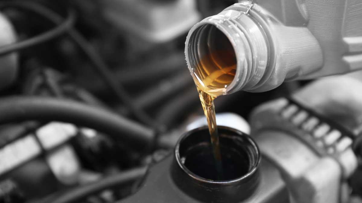 Выливание масла в двигатель автомобиля