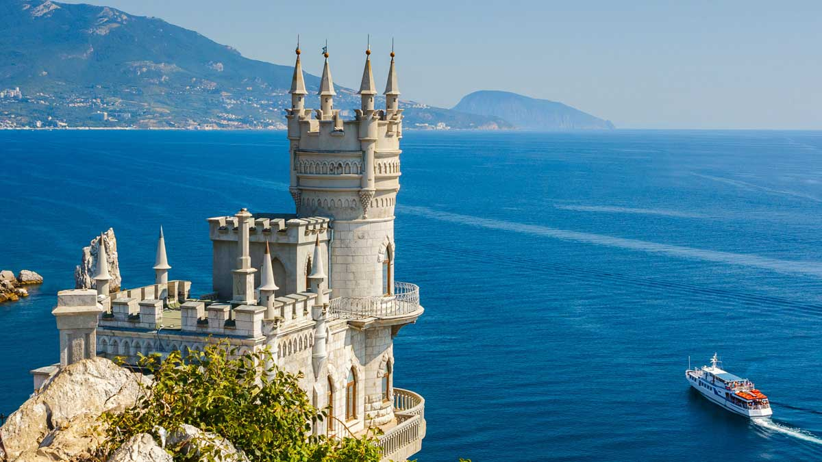 Знаменитый замок Ласточкино Гнездо возле Ялты Крым