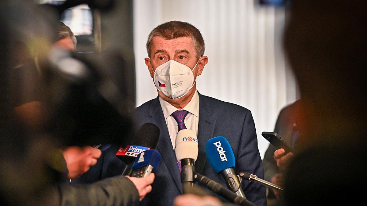 Премьер-министр Чехии Андрей Бабиш в маске дает интервью