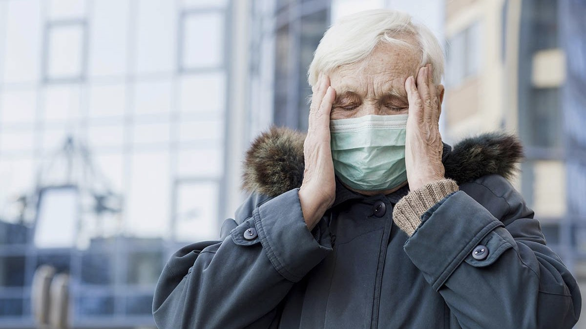 бабушка в медицинской маске