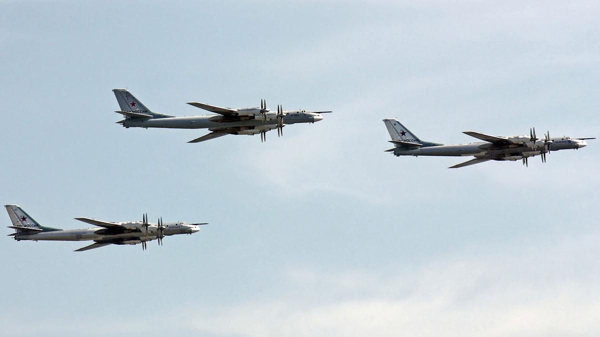 бомбардировщики Ту-95 в небе полете