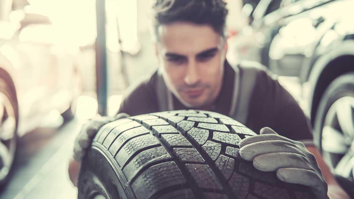 мужчина механик колесо шина