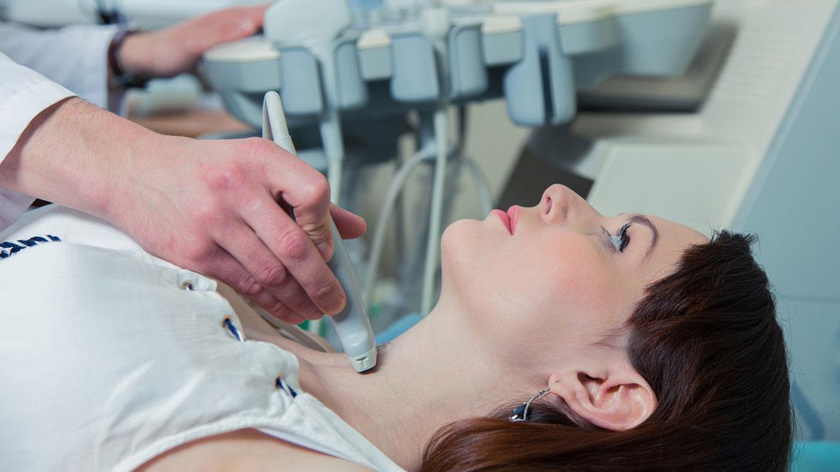 девушка делает УЗИ щитовидной железы