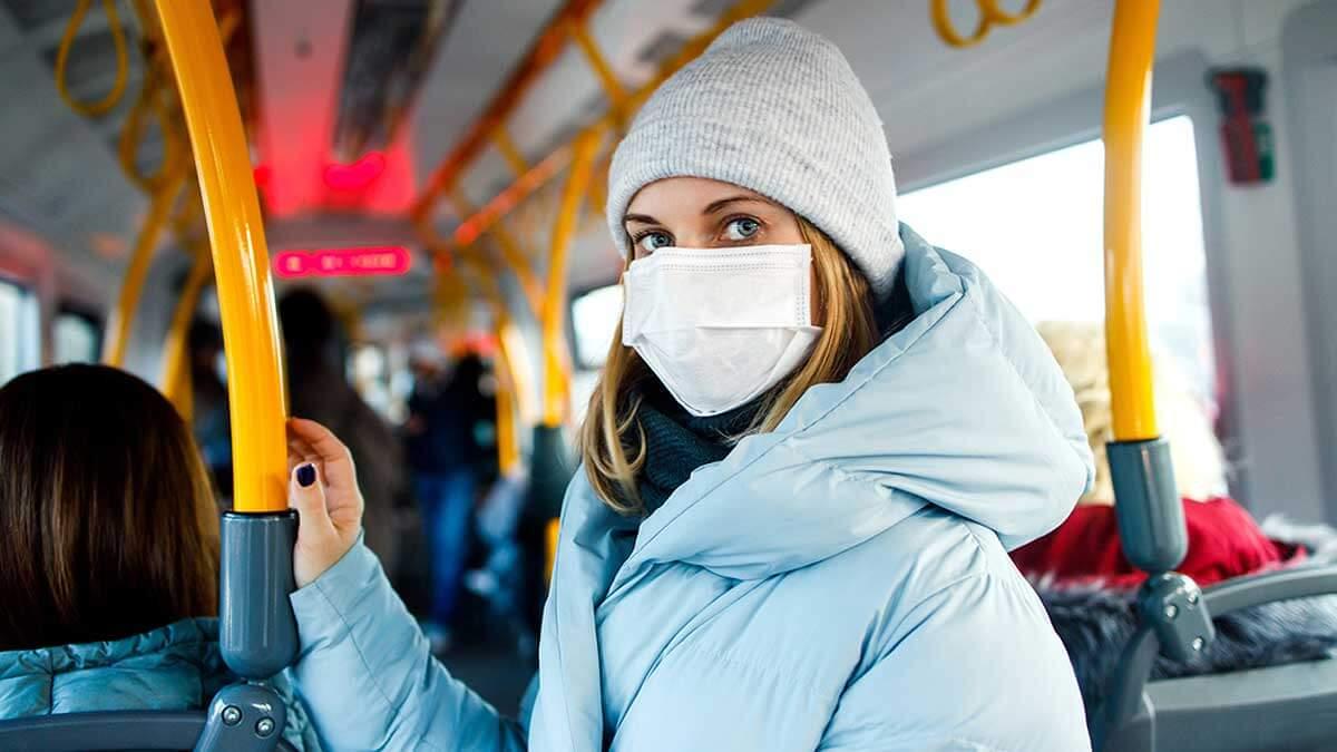 девушка общественный транспорт маска