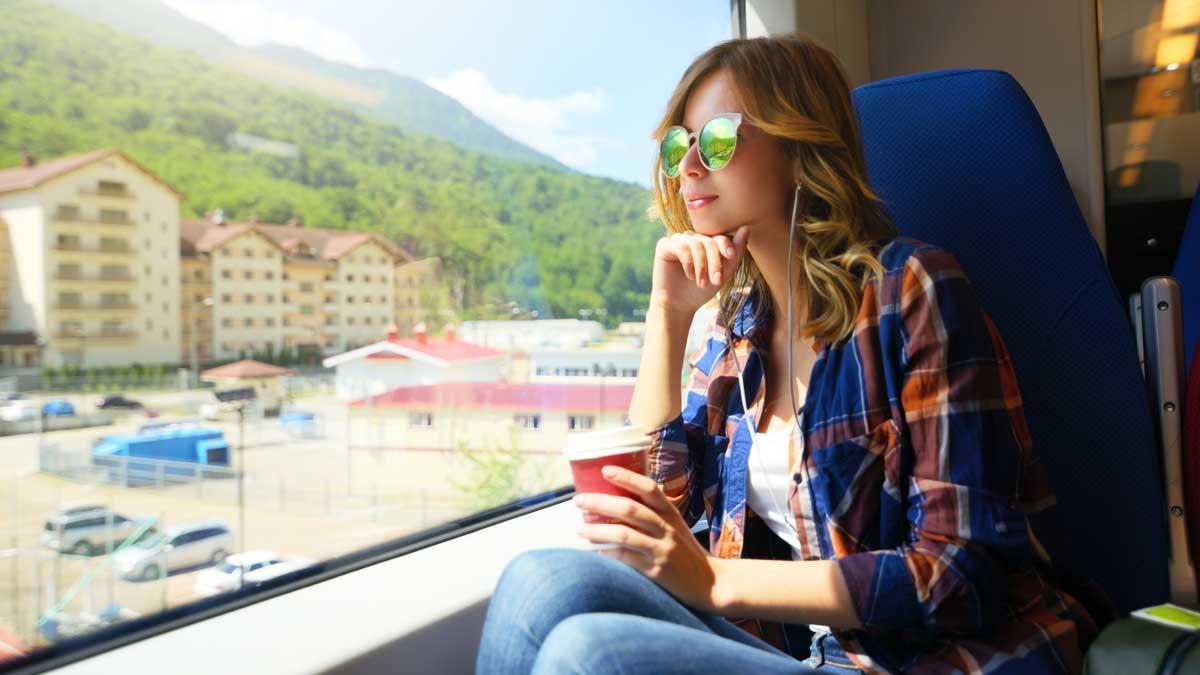 девушка смотрит в окно поезд