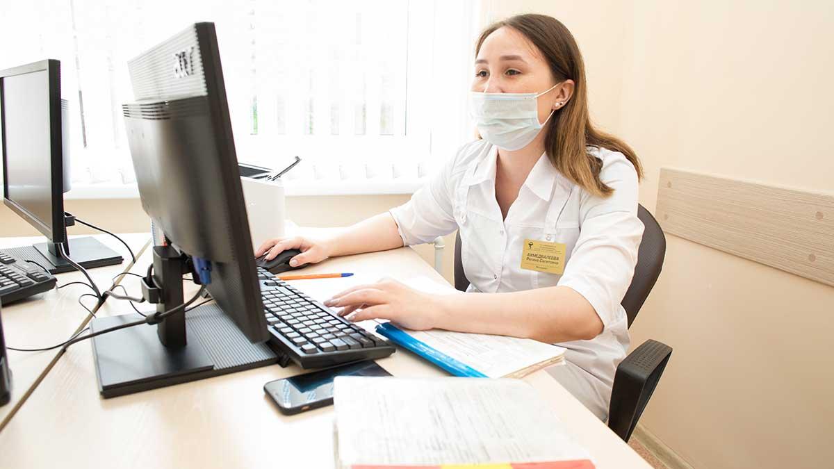девушка в халате поликлиника компьютер