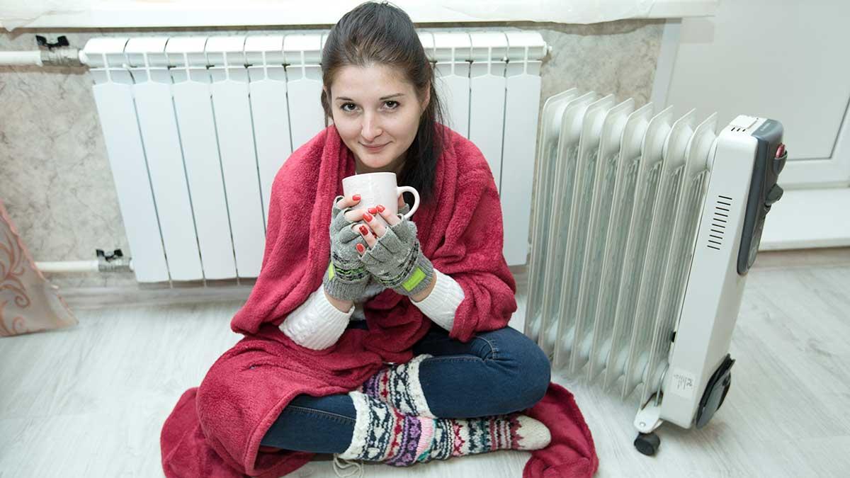 девушка в квартире чашка одеяло отопление батарея радиатор