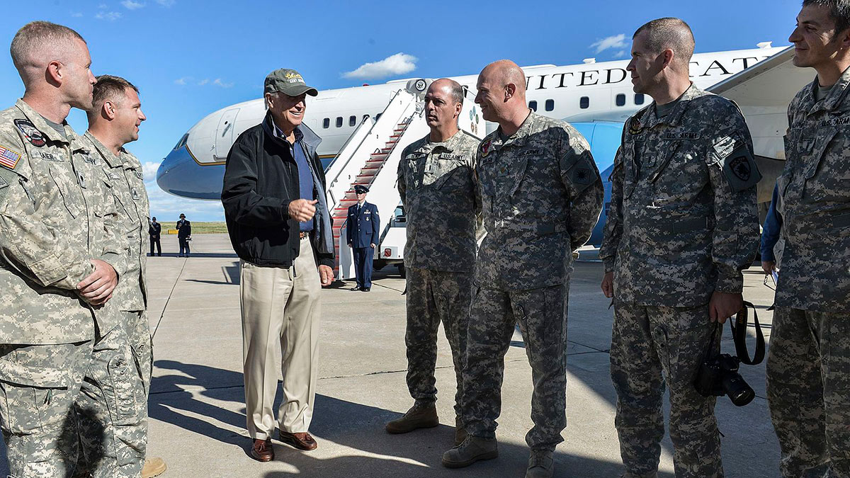 президент сша джо байден разговаривает с военными